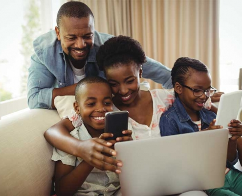 Parents et leur enfants regardent internet sur mobile et pc